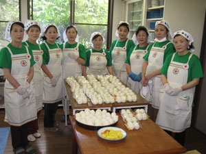 Red Cross volunteer group made 500 rice balls on July 15 to serve those who evacucated into a school gymnasium in Aso.
