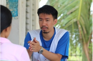 Dr. Kevin Hung from Hong Kong Red Cross, discussing health problems with a local midwife.